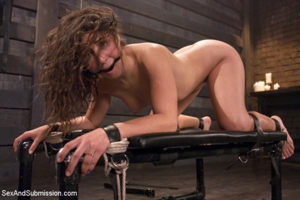 sexy Frau zum auspeitschen fixiert